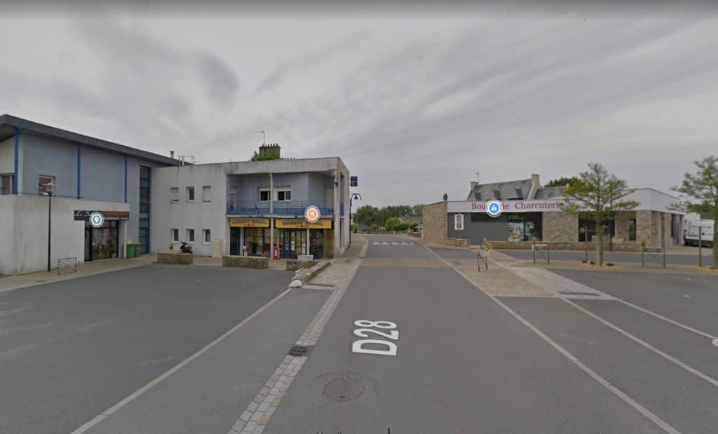 """Ligne 13: l'arrêt """"Les Halles"""" Rue de Saint Renan à Plouarzel est déplacé en raison de travaux à la boulangerie en face de la mairie."""